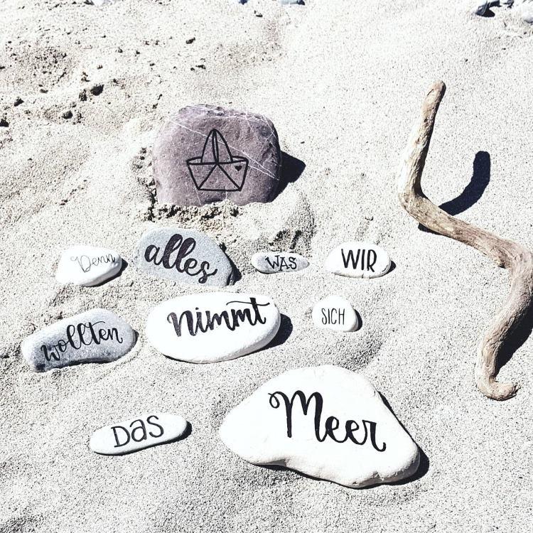 beletterte Steine im Sand