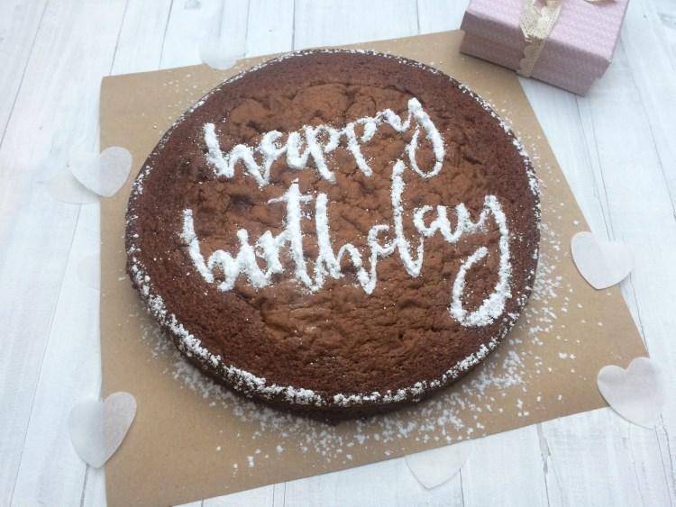 happy birthday - personalisierter Kuchen dank einem Lettering direkt auf dem Geburtstagskuchen