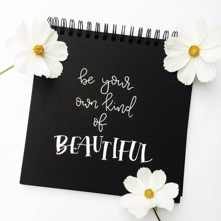 weisses Lettering auf schwarz: be your own kind of beautiful