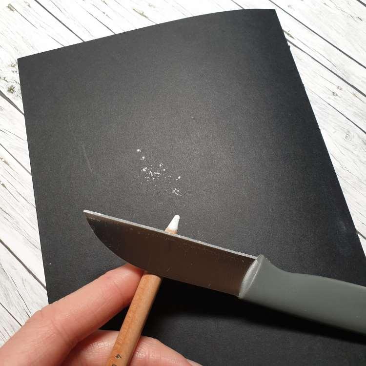 Kreidekrümel aufs Papier schaben mit einem scharfen Messer