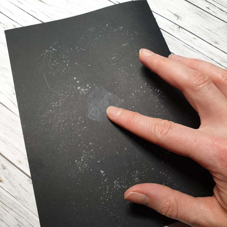 Kreidelettering auf Papier: Vorbereitung mit Kreidekrümel