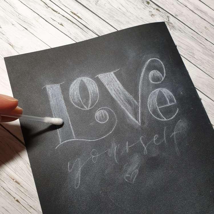 Love yourself - Entstehungsschritt eines Kreideletterings auf Papier