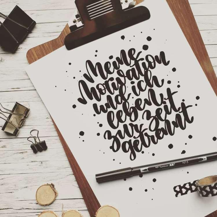 schwarzes Handlettering mit Punkten: Meine Motivation und ich leben zur Zeit getrennt