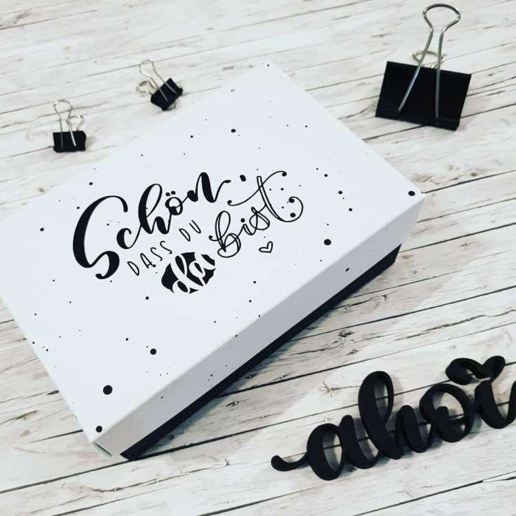Lettering auf einer Box: Schön dass du da bist