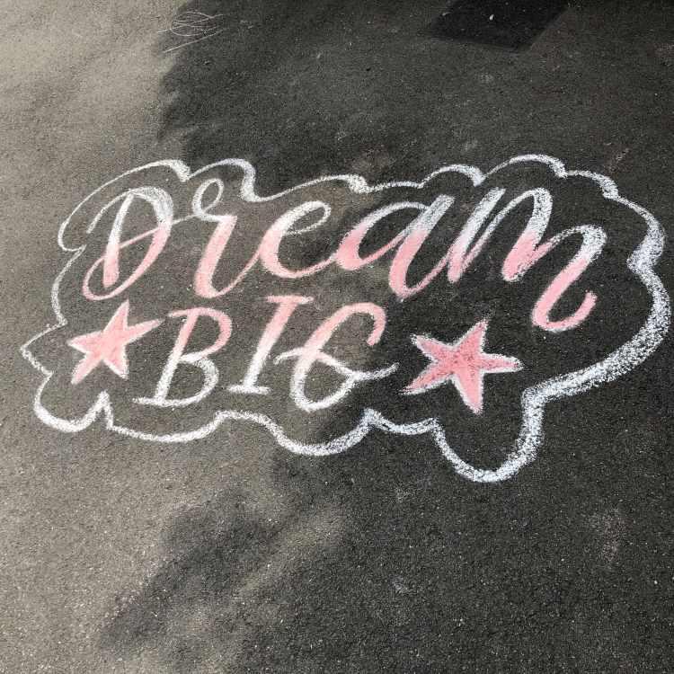 DreamBig - Lettering mit Kreide auf Strasse