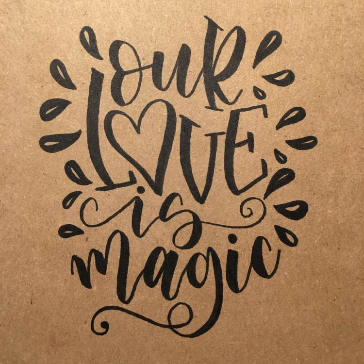 Handlettering in schwarz: our love is magic