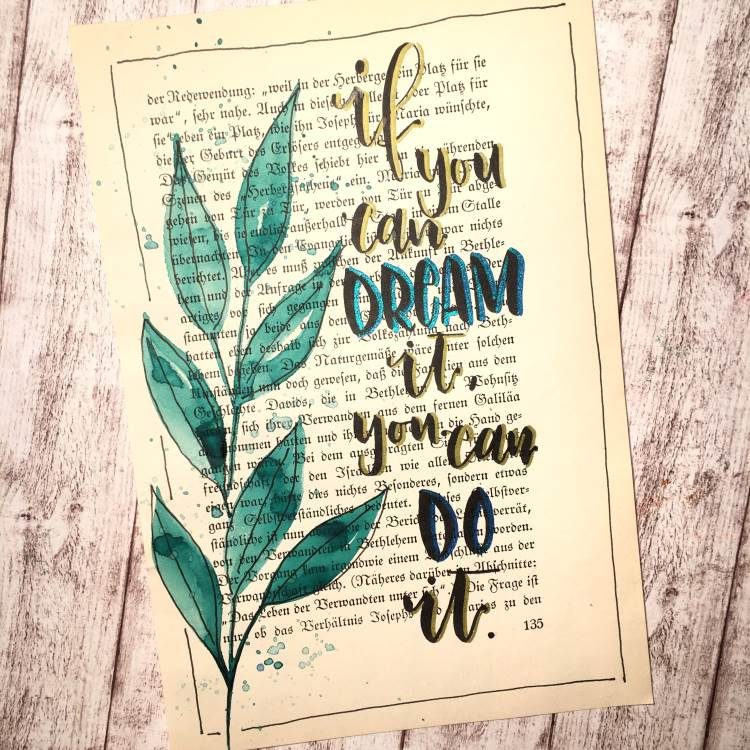 Handlettering auf einer alten Buchseite: if you can dream it, you cna do it