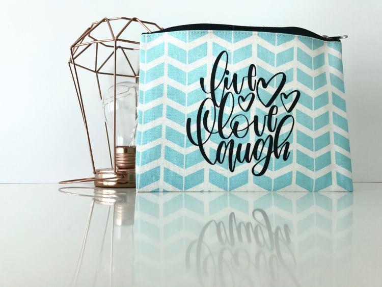Handlettering auf einem Stiftemäppchen: live love laugh