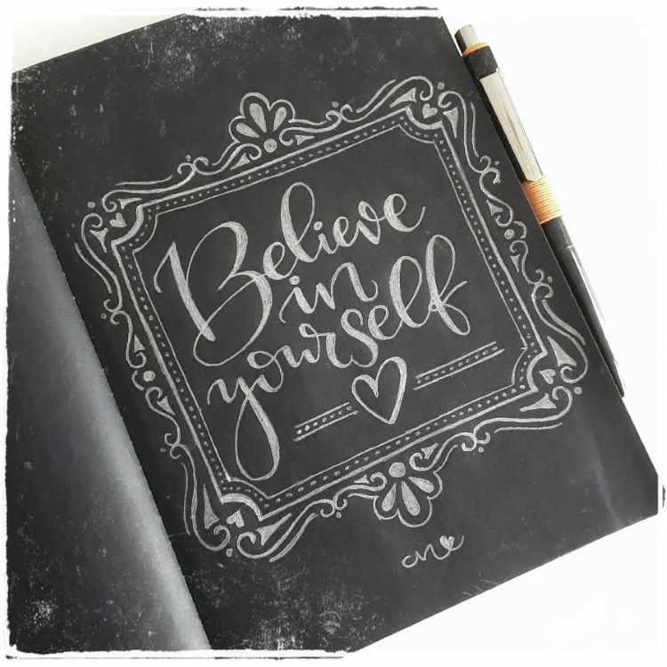 weisses handlettering auf schwarzem Papier - believe in yourself - motivierender Spruch