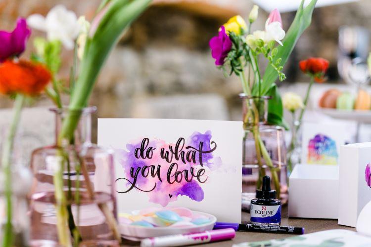do what you love - Handletteirng auf einem Aquarell Hintergrund