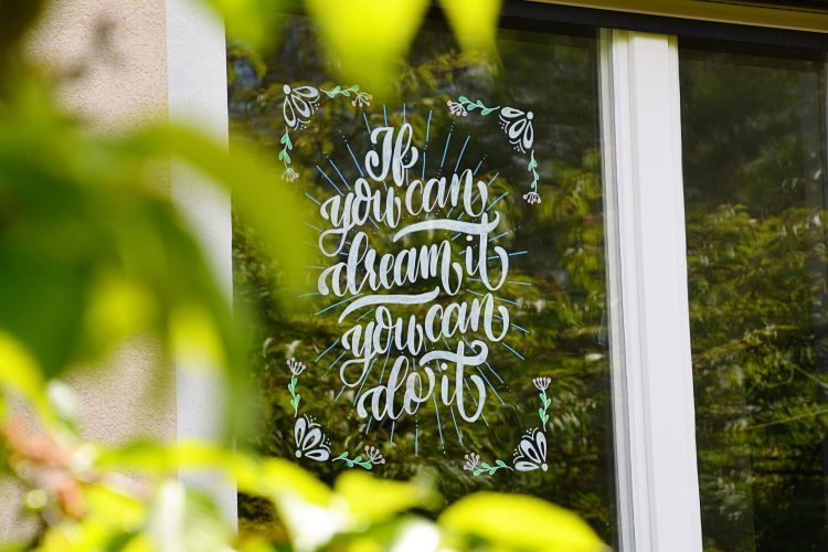 Handlettering an einer Fensterscheibe: if you can dream it you can do it