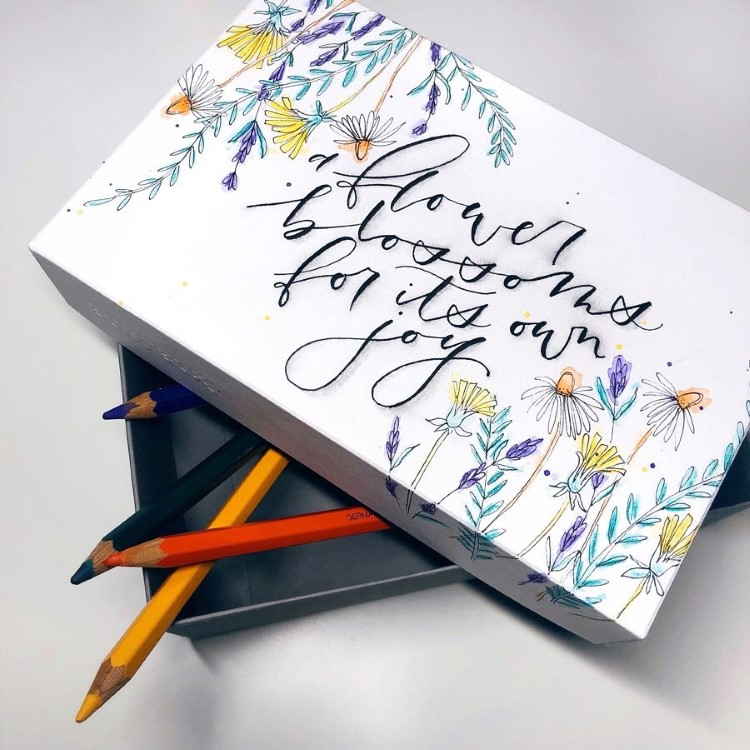 Handlettering: a flower blossoms for its own joy - auf einer Stiftebox mit Blümchen