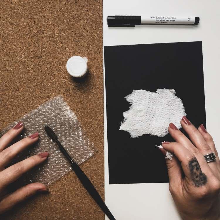 Lettering mit einem Küchenpapier abdecken