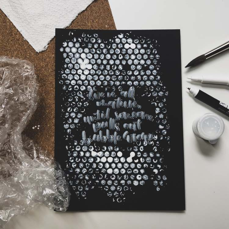 Handlettering in Weiss: we're all nature, until someone pulls out bubble wrap - Hintergrund mit Noppenfolie