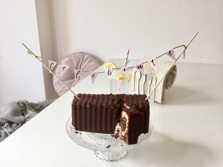 Geburtstagskuchen mit Wimpelkette mit Handlettering