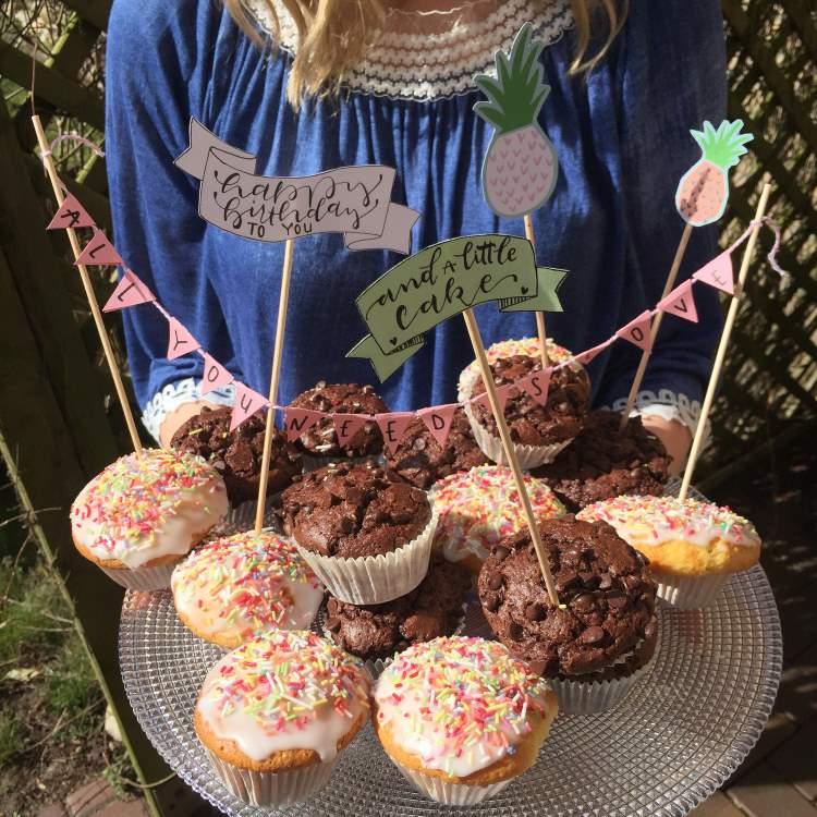 Happy Birthday - Wimpelkette und cake Topper mit Handlettering als Dekoration für Muffins zum Geburtstag