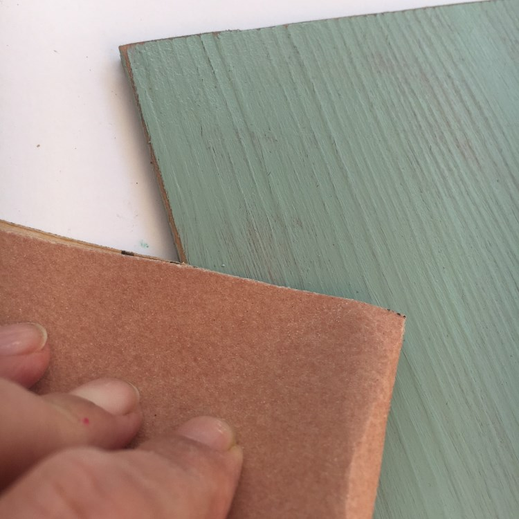 Vinylbodenplatte abschleifen für einen Vintage Effekt