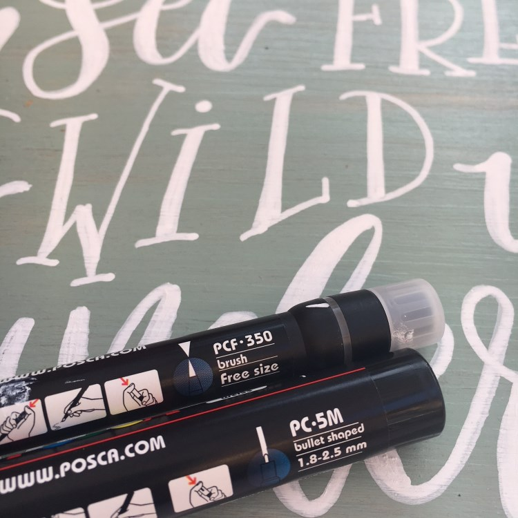 Mit Acrylstiften Schild mit Lettering machen - Detailaufnahme