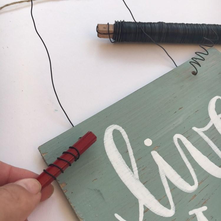 Lettering Schild aus Vinylbodenplatten machen - Detailaufnahme vom Aufhänger mit Draht
