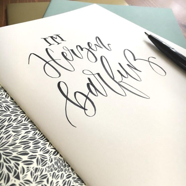 Brushlettering in einem Heft: Im Herzen barfuss