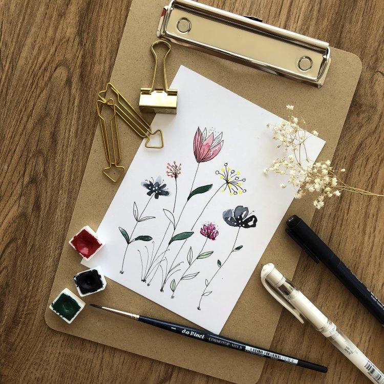 einfache Aquarellblumen gemalt inklusive schwarzen und weissen Akzenten