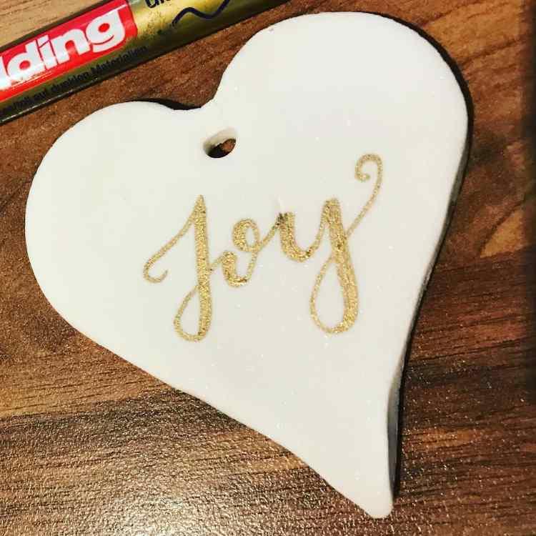 joy - Lettering in Gold auf selbstgemachtem Fake Porzellan