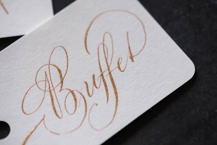 Buffet - Kalligrafie in Gold mit Schnörkel