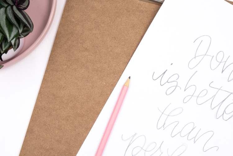 Done is better than perfect - Lettering von Papier auf ein Klemmbrett übertragen