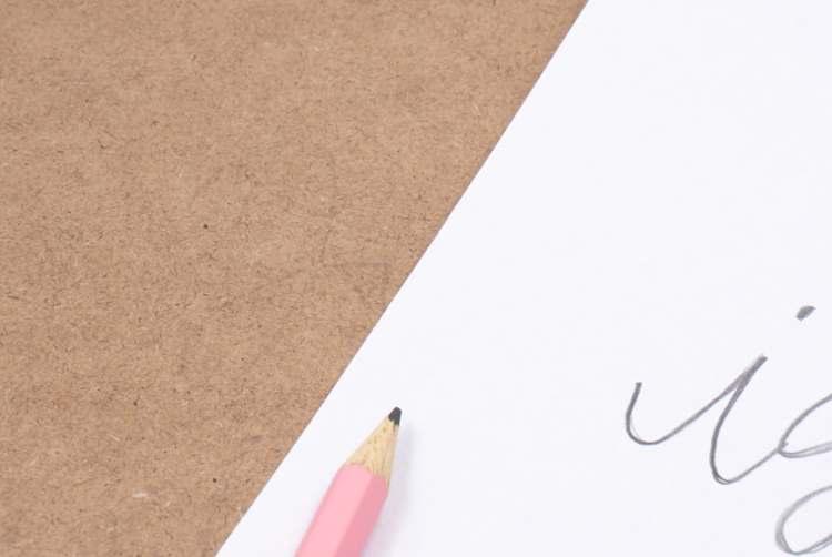 Lettering von Papier auf ein Klemmbrett übertragen
