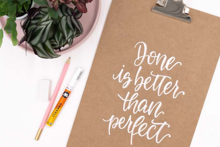 Handlettering auf einem Klemmbrett: Done is better than perfect