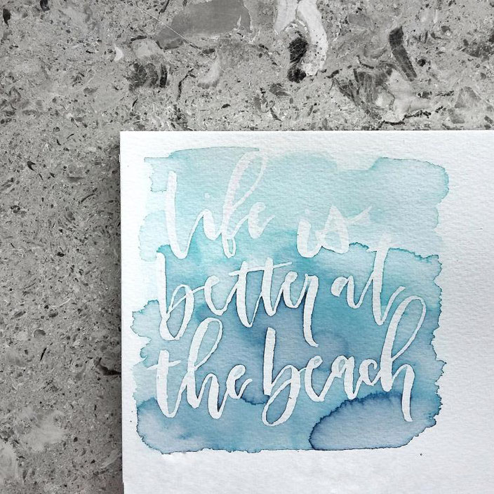 life is better at the beach - handlettering mit Aquarell Hintergrund