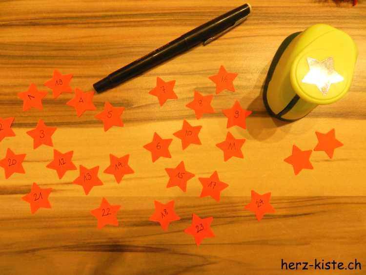 Sterne ausstanzen als Zahlen für einen Adventskalender