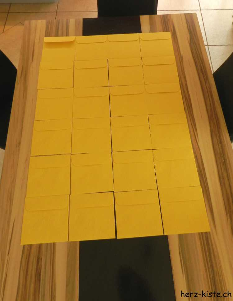 Briefumschläge zu einem selbstgemachten Adventskalender zusammenstellen