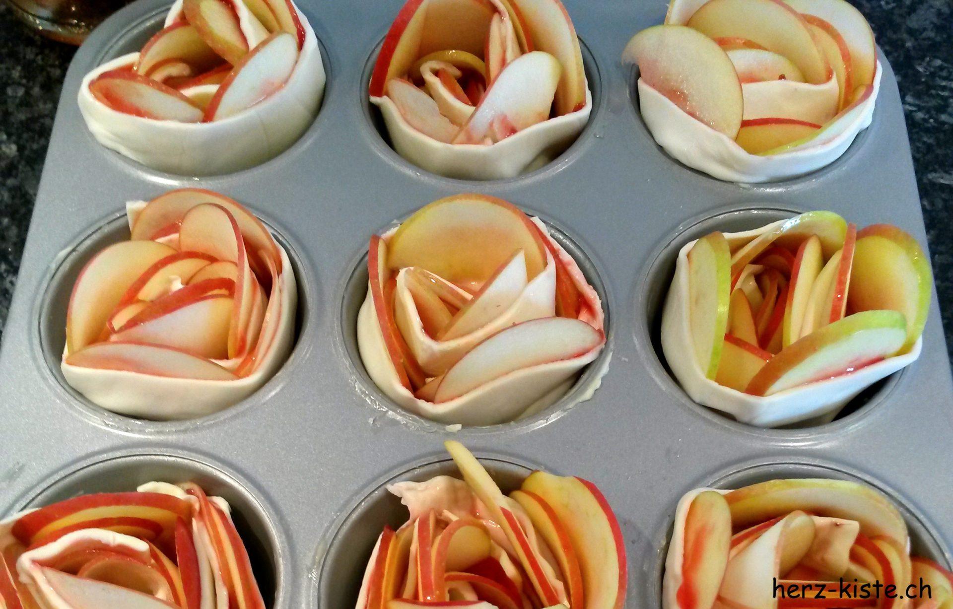 Apfelrosen ungebacken in einem Muffinblech