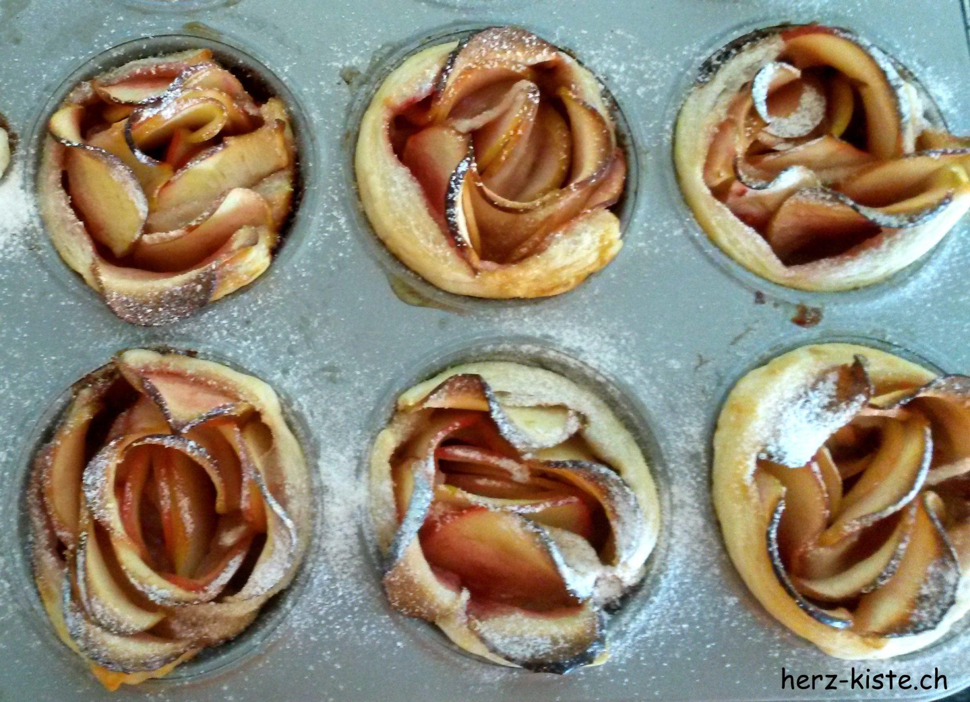 Apfelrosen in einem Muffinblech