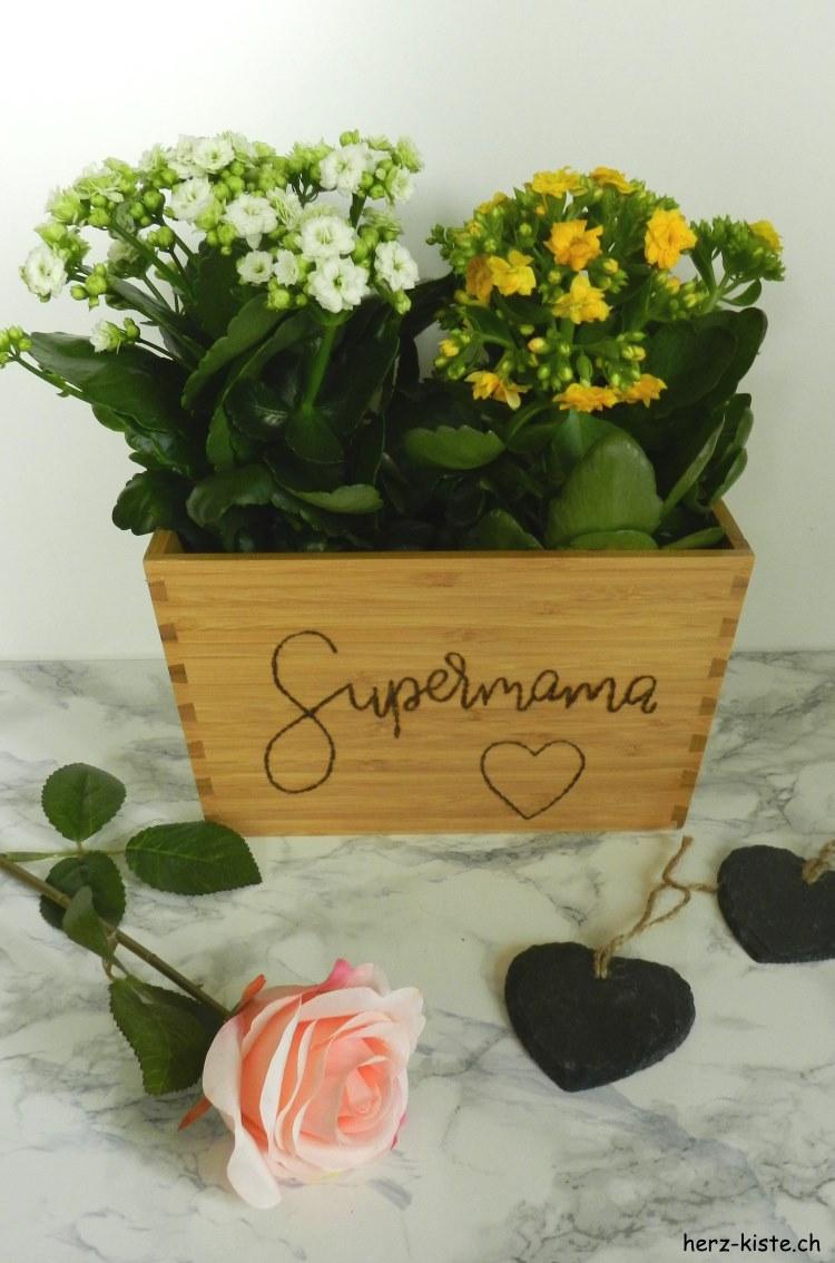 Supermama - Handlettering mit einem Brandkolben auf einem Holzblumentopf als Geschenk zum Muttertag