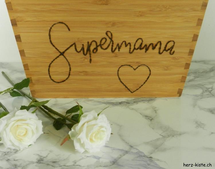 Supermama - Lettering mit einem Brandkolben auf einen Holz Blumentopf