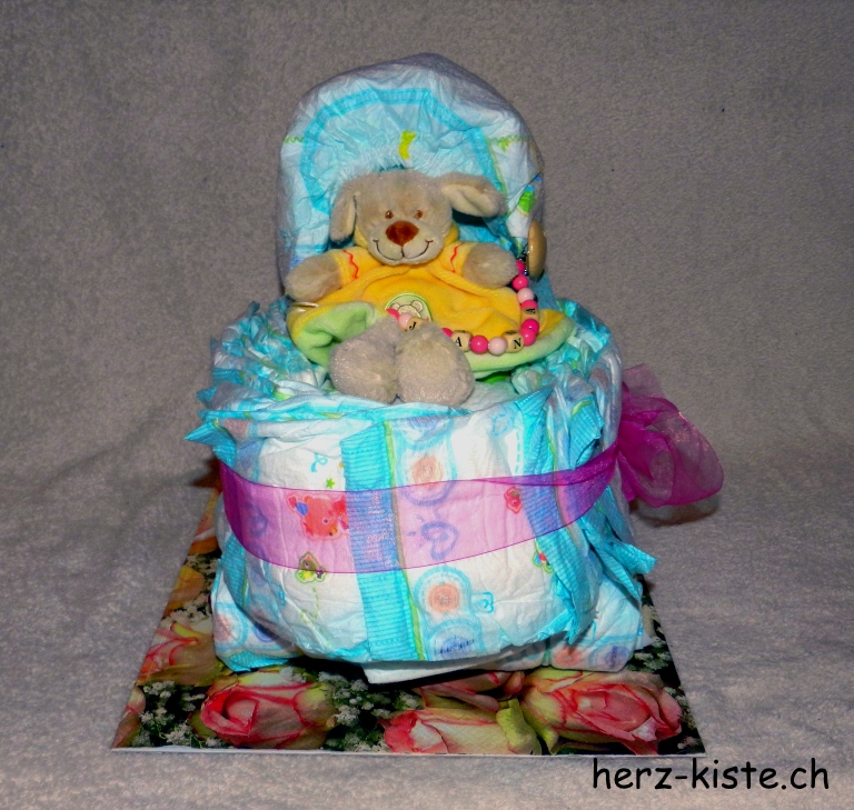 Kinderwagen aus Windeln als Geschenk zur Geburt