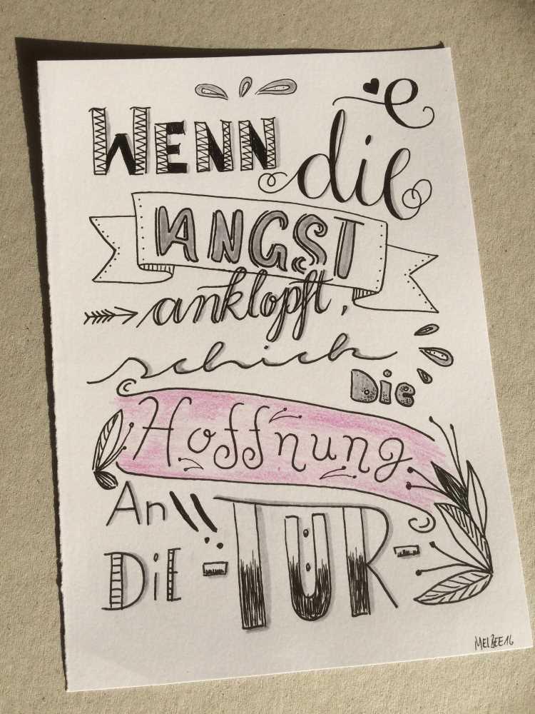 mutmachender Spruch mit Handlettering: wenn die Angst anklopft schick die Hoffnung an die Tür