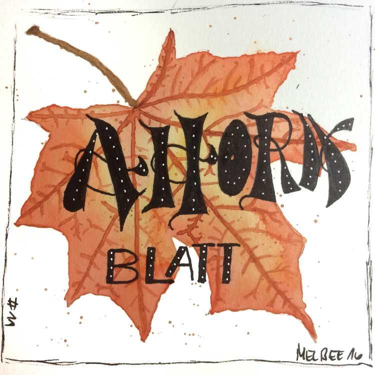 Ahorn Blatt - Handlettering mit Aquarell Blatt im Hintergrund