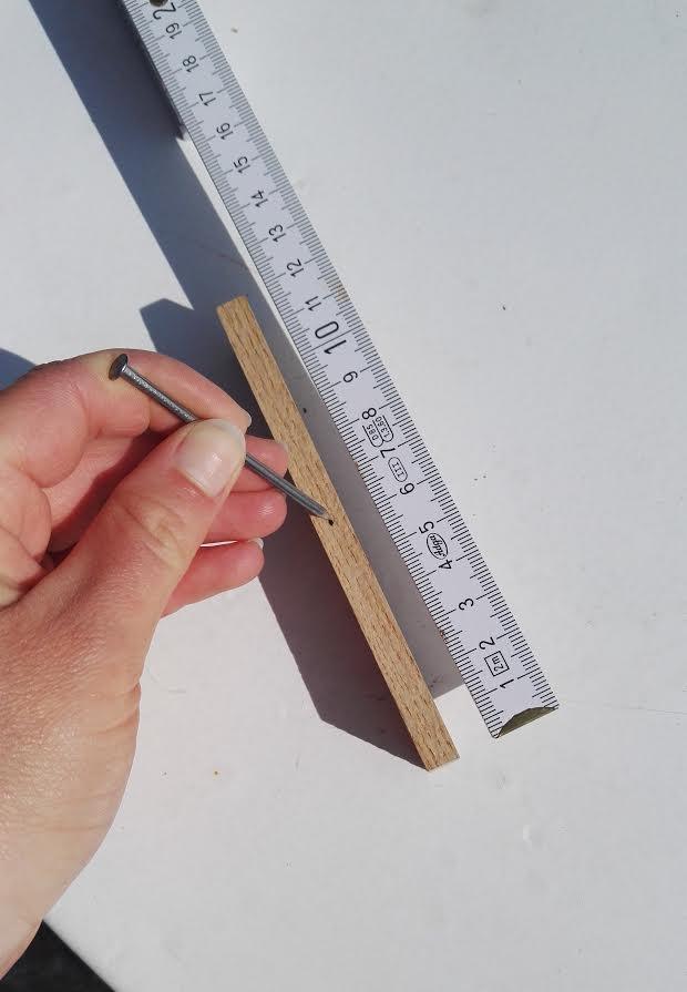 DIY Kräuterschild - Nagel in Holz stecken