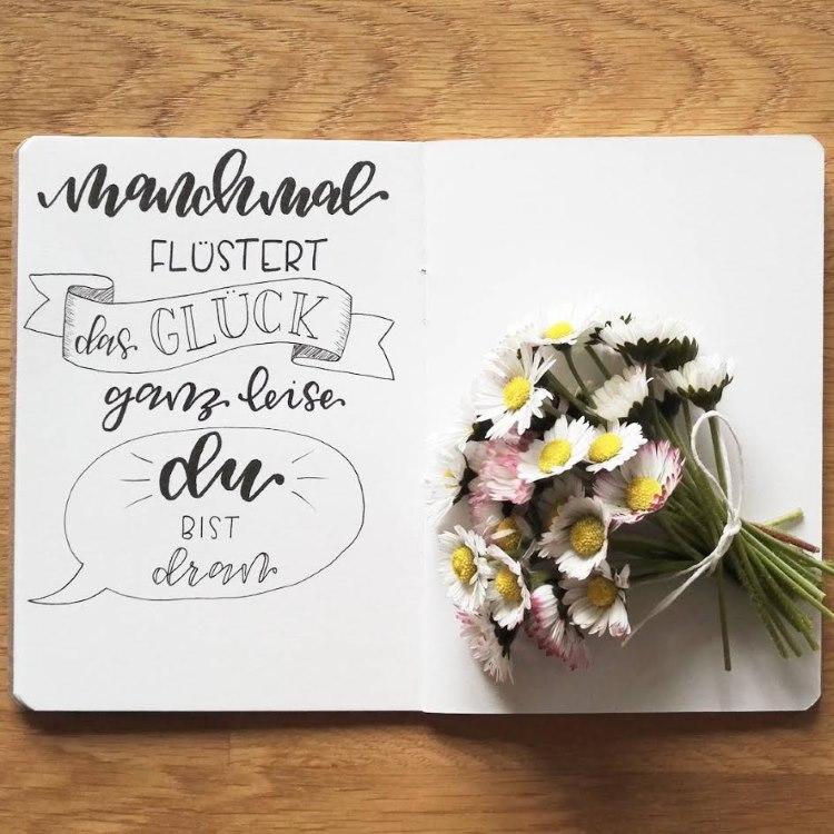 mutmachender Handlettering Spruch mit Gänseblümchen - manchmal flüstert das Glück ganz leise du bist dran