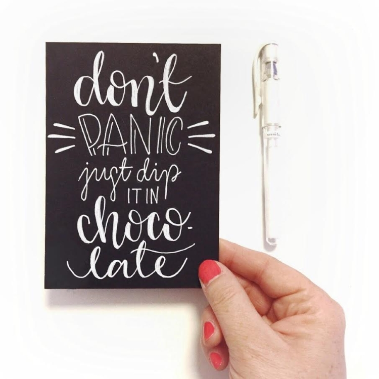 Lettering in weiss auf schwarz: don't panic just dip it in chocolate