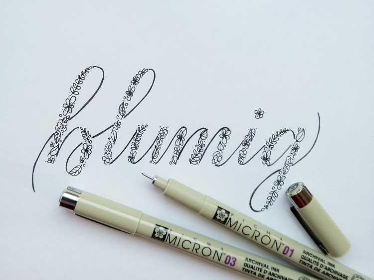 Wort Blumig in Handlettering: Faux Calligraphy mit Blumen - einfach und verständlich erklärt
