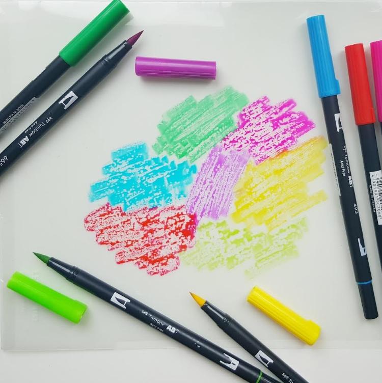 Mit Farben auf Folie malen für Aquarellhintergrund