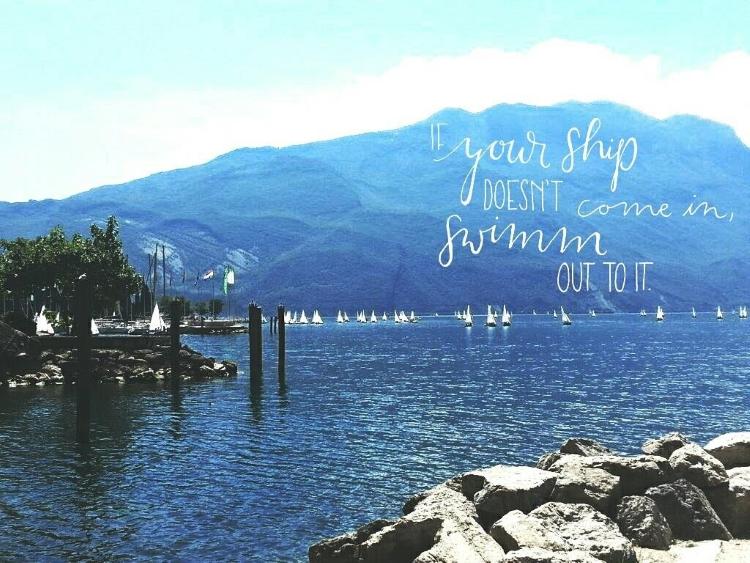 Handlettering auf einem Foto eines Sees