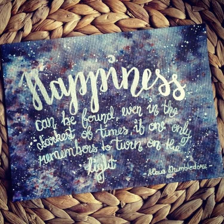 Happiness - weisses Lettering auf einem Galaxy Hintergrund