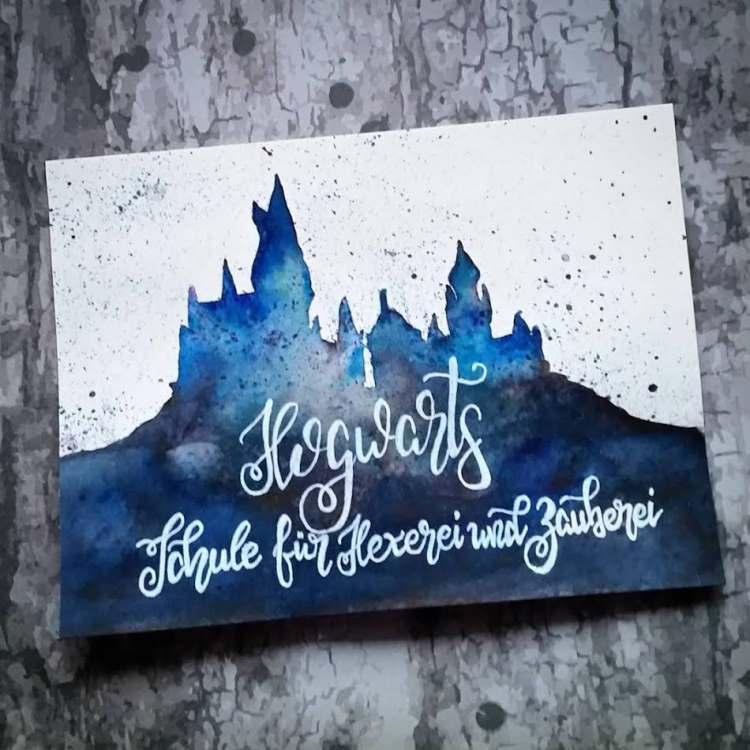 Hogwarts - Handlettering mit Silhouette im Hintergrund