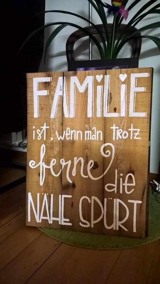 Handlettering auf einem Holzstück: Familie ist, wenn man trotz Fernee die Nähe spürt