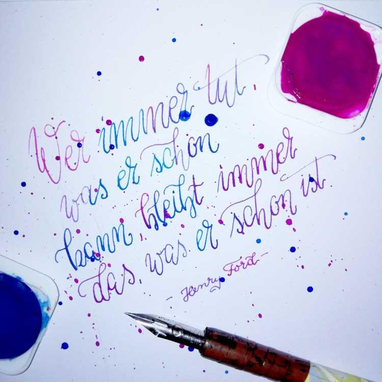 Kalligrafie Spruch in Violett und Blau: wer immer tut, was er schon kann, bleibt immer das, was er schon ist.